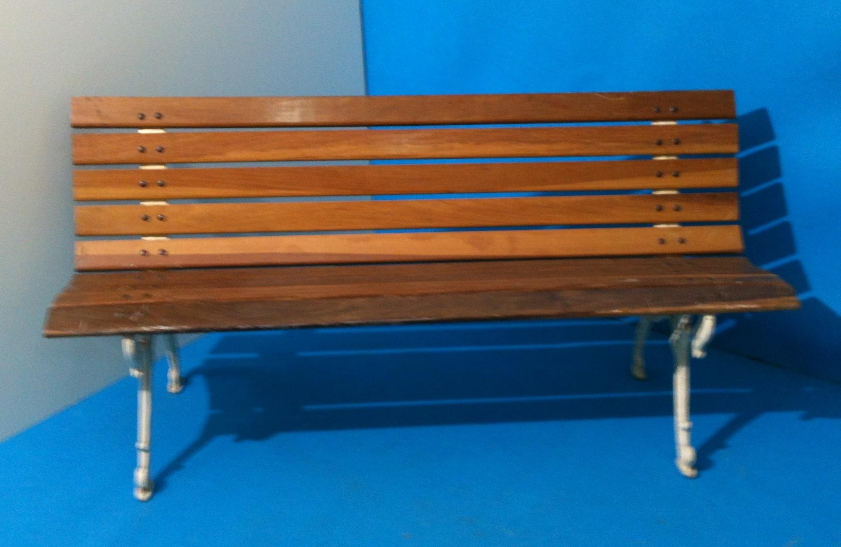 Banco de jardim modelo namoradeira de madeira e ferro #027CC7 1686x1096