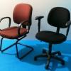Cadeira Diretora com braço e sem rodízios na cor vinho e Cadeira Diretora com braços e rodízios na cor preta
